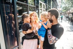Familia joven hermosa con helado Imágenes de archivo libres de regalías