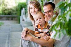 Familia joven perfecta feliz Imagen de archivo libre de regalías