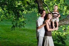 Familia joven perfecta feliz Foto de archivo libre de regalías