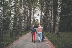 Familia joven que camina al aire libre en el verano Foto de archivo