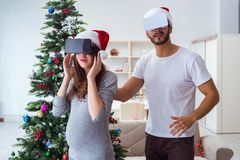 Familia joven que cuenta con al bebé del niño que lleva gla de la realidad virtual VR Imagenes de archivo