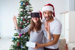 Familia joven que cuenta con al bebé del niño que lleva gla de la realidad virtual VR Fotos de archivo