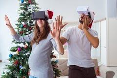 Familia joven que cuenta con al bebé del niño que lleva gla de la realidad virtual VR Imágenes de archivo libres de regalías