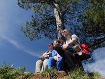 Familia joven que disfruta de día soleado en la naturaleza Imagen de archivo