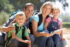 Familia joven que disfruta de una caminata en el campo Imágenes de archivo libres de regalías