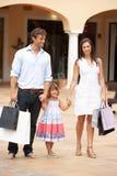 Familia joven que disfruta de viaje de las compras Imagen de archivo