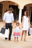 Familia joven que disfruta de viaje de las compras Imágenes de archivo libres de regalías