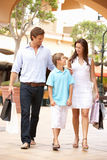 Familia joven que disfruta de viaje de las compras Fotografía de archivo libre de regalías