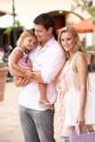 Familia joven que disfruta de viaje de las compras Foto de archivo libre de regalías