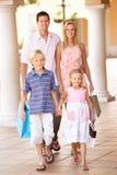 Familia joven que disfruta de viaje de las compras Fotos de archivo