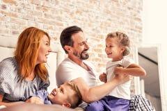 Familia joven que es juguetona en casa foto de archivo