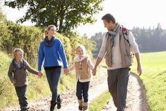 Familia joven que recorre en parque Imagen de archivo