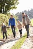 Familia joven que recorre en parque Imágenes de archivo libres de regalías