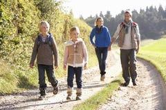 Familia joven que recorre en parque Fotografía de archivo
