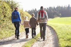 Familia joven que recorre en parque Fotos de archivo