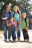Familia joven que recorre en país Imagen de archivo libre de regalías