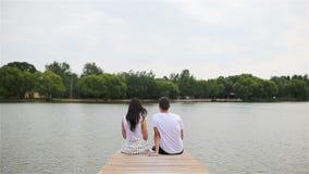Familia joven relajada al aire libre en el parque almacen de video