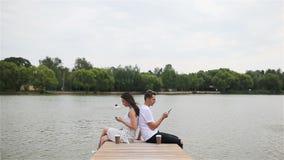 Familia joven relajada al aire libre en el parque metrajes
