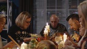 Familia juntada que tiene celebración del día de fiesta de la Navidad metrajes