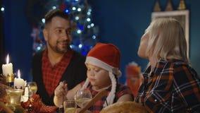 Familia juntada que tiene celebración del día de fiesta de la Navidad almacen de metraje de vídeo