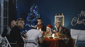 Familia juntada que tiene celebración del día de fiesta de la Navidad fotos de archivo libres de regalías