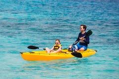 Familia kayaking en el océano tropical fotos de archivo
