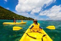 Familia kayaking en el océano tropical Imagen de archivo libre de regalías