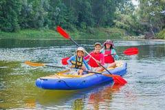 Familia kayaking en el río Imágenes de archivo libres de regalías