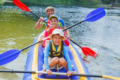 Familia kayaking en el río Fotos de archivo
