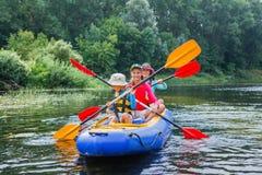 Familia kayaking en el río Imagen de archivo