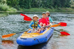 Familia kayaking en el río Fotos de archivo libres de regalías