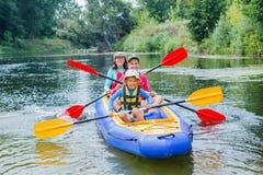 Familia kayaking en el río Fotografía de archivo