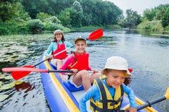 Familia kayaking en el río Foto de archivo libre de regalías