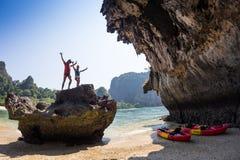 Familia kayaking en el río Fotografía de archivo libre de regalías