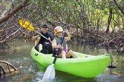 Familia kayaking a través de bosque tropical del mangle Fotografía de archivo