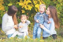 Familia lesbiana alternativa con las madres, la hija y el muchacho al aire libre Imágenes de archivo libres de regalías