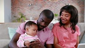 Familia linda en el sofá almacen de metraje de vídeo