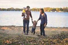 Familia linda por el lago fotografía de archivo