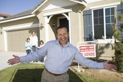 Familia lista para comprar la nueva casa Fotografía de archivo