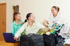 Familia loughting feliz de tres con los boletos de compra del adolescente Fotografía de archivo libre de regalías