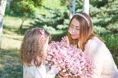 Familia, madre e hija felices Imágenes de archivo libres de regalías