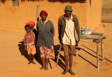Familia malgache que vende el café Fotos de archivo libres de regalías