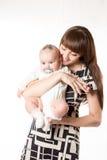 Familia, mamá y kazakh felices, muchacha asiática del niño que abraza en el fondo blanco Imágenes de archivo libres de regalías