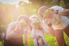 Familia, manzanas, diversión imagen de archivo