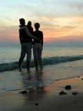 Familia. mar. salida del sol. Imagen de archivo