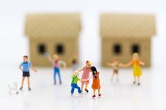 Familia miniatura: Niños que juegan junto Uso de la imagen para el día internacional del fondo de concepto de familias fotografía de archivo