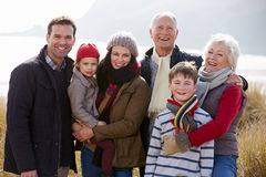 Familia multi de la generación en dunas de arena en la playa del invierno Imagen de archivo libre de regalías