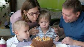 Familia multi de la generación que celebra el cumpleaños del hijo metrajes