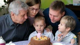 Familia multi de la generación que celebra el cumpleaños del hijo almacen de metraje de vídeo