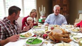 Familia multi de la generación que disfruta de la comida de la acción de gracias almacen de video